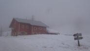 Capanna Mautino emerge tra le nebbie