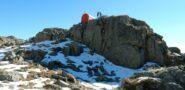 Il Biv. Bottani-Cornaggia 2327mt. posizionato su un pulpito roccioso.