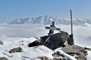 La piccola  croce di vetta,la Bisalta e il Costa Rossa sullo sfondo