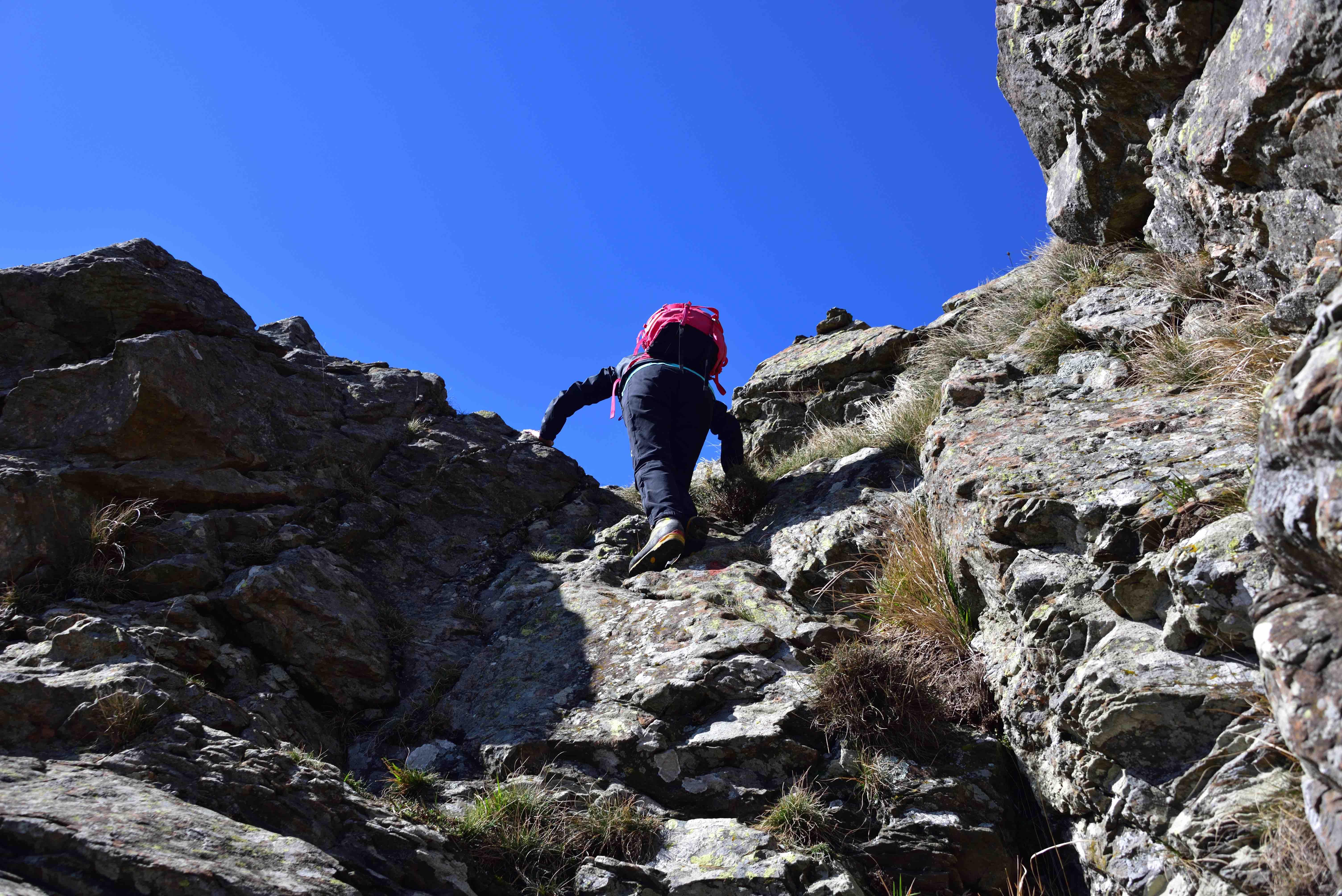 Un passaggio di roccia lungo la cresta Sud del Dente di Ramaceto
