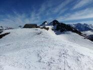 Dal col Saurel, l'arrivo della seggiovia e in centro, vicinissima, la cima Saurel.