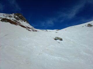 Discesa per il primo pezzo canalone su neve marciotta