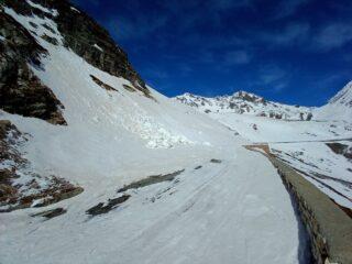 Traverso su strada: ghiacciato ma si passa bene, anche nel tratto che strasborda sul parapetto