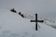 la piccola croce poco sotto la cima