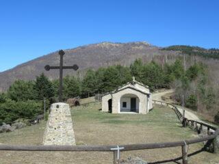 Madonna della Neve (m.917) e in alto a dx la Rocca Tramontina (m.1495)