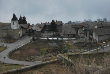 Vista di Blavy, con la sua chiesetta, salendo verso Viou. I puntini sono radi fiocchi di neve