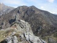 Monte Bronzone, a dx la quota boscosa, poco piu' a sx della selletta, al primo roccione, e' la cima