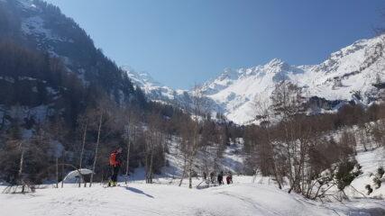 Alle Baite di Armisola si apre la valle e inizia la gita sci alpinistica
