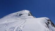 Appena sotto la vetta: deposito sci e ultimi metri a piedi