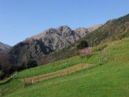 Campi a Case Soggi con la cresta della Malanotte sullo sfondo