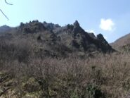 Pinnacoli rocciosi sopra al sentiero