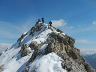 l'aerea cresta della Rocca del Lago