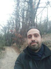 Camminatore ignoto sul sentiero che dallo chalet porta al bosco.