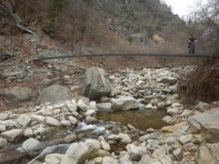 Passarella metallica per attraversamento del rio