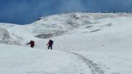 salendo verso la conca nevosa terminale posta sotto la cima dello Jafferau