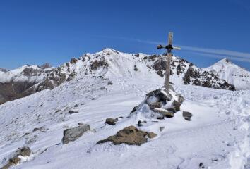 Croce in legno sulla Varirosa, sullo sfondo la Meja,Nebius e Savi