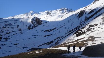 SI calzano gli sci intorno a quota 2.150 m.