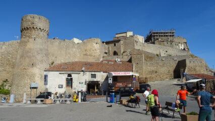 Arriviamo al bellissimo borgo di origine medioevale di Giglio Castello 405mt.