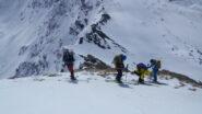 Via gli sci per la discesa al passo