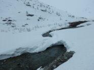 il ponte di neve che permette di attraversare il torrente