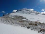 cima spazzata dal vento, ma in discesa si trova neve continua