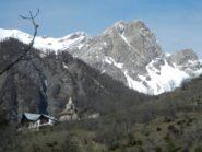 Desertes e il versante roccioso di Rocca del Lago