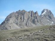 Il versante sud, ormai privo di neve, di Rocca la Meja