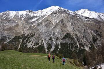 Scendendo verso il fondovalle con il Roc del Boucher sullo sfondo