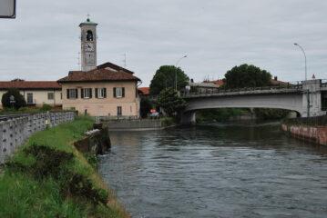 Alla partenza da Castelletto. Il Naviglio di Bereguardo, a sinistra, si dirama dal Naviglio Grande che invece prosegue per Milano