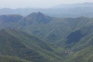 Il Castellermo emerge dai boschi della Val Pennavaire