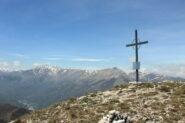 Croce di vetta. Sullo sfondo, le cime dal Pizzo all'Antoroto.