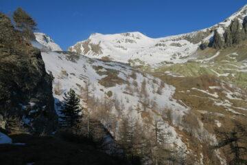 restando sulla sinistra del vallone ancora tanta neve