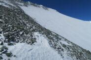 piccolo tratto senza neve superato sci ai piedi con molta delicatezza