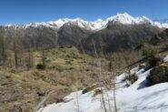 al Pousset inferiore termina la neve, sci sullo zaino e passeggiata tra camosci e stambecchi