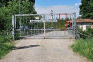 L'ingresso del sentiero nel Bosco del Mezzanone, blindato dal cancello telecomandato. Pedone e bicicletta passano – con fatica - nello spioncino