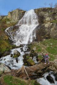 Sul ponte sotto la cascata del Pisciai