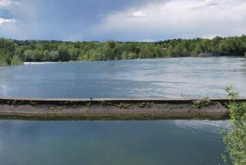 Vista della lunga Diga del Panperduto, lo sbarramento che convoglia le acque alle porte dei Canali Industriale e Villoresi