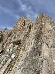 Arrivando con incrocio via normale, prendere a Dx su rocce rotte per continuare la cresta