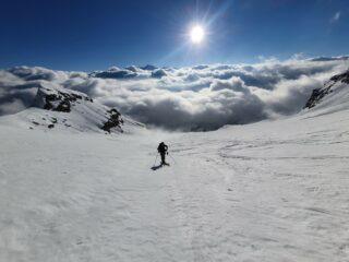 il vallone che salendo conduce al Colle d'Oin. Sullo sfondo il Gran Paradiso spunta dalle nuvole