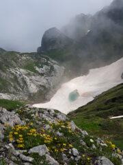 il nevaio del Mondolè con il suo laghetto