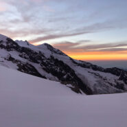 L'alba dietro al ghiacciaio di Indren