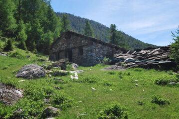 L'alpeggio Chantè des Meyes scendendo a Valpeline