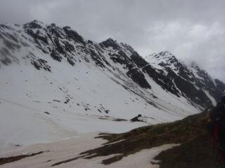In discesa, nuovamente sugli sci, in vista del Bivacco Tornior