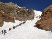 Grande affollamento in salita sul canale: ghiacciaio alpino o succursale di via Roma a Torino? :)