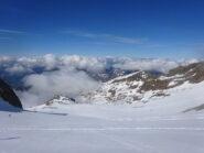 Risalendo il ghiacciaio di Indren, con le nuvole che risalgono sempre più velocemente dal fondo valle