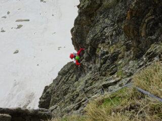 Nel canale di roccette che aggira la placca rossastra