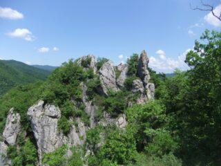 Pinnacoli salendo alla Rocca Barbena