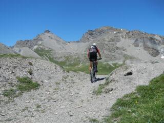 sullo sfondo: Rocca dei Tre Vescovi 2867 m. e Monte Enchastraye 2955 m.