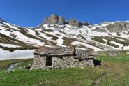 Alle grange Autaret,sullo sfondo le pareti della Bassa di Terrarossa