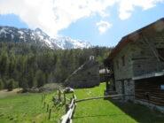 Il piccolo villaggio di Tillac, con i monti ancora innevati sullo sfondo